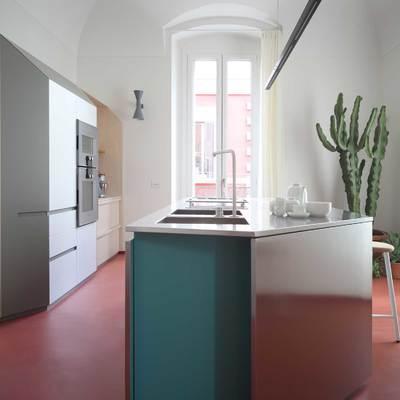 cucina con isola in acciaio