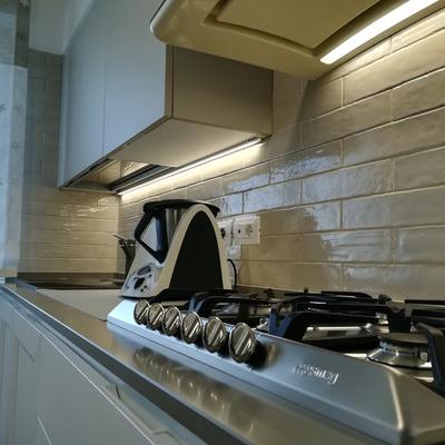 Cucina, dettaglio rivestimento e top