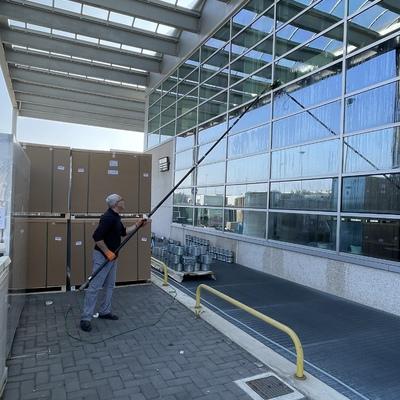 Pulizia facciata a vetri