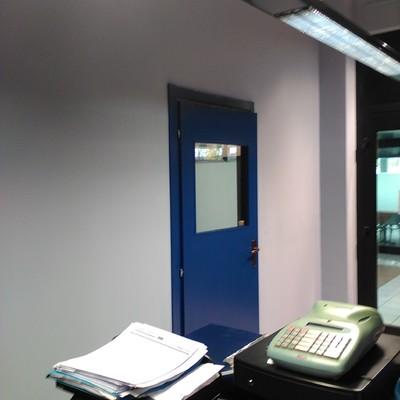 Opere in cartongesso relative al frazionamento della recepction e creazione di singolo locale ufficio con porta, finitura a tinteggiatura