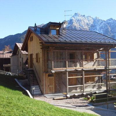 Un fienile nelle Dolomiti trasformato in due abitazioni