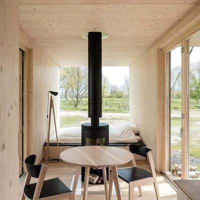 Interno piccola casa prefabbricata in legno