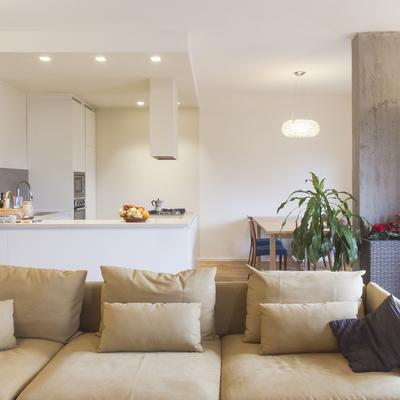 La cucina ad isola con l'illuminazione integrata nel controsoffitto
