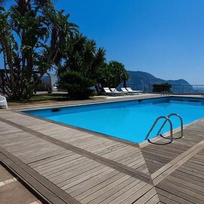 La piscina e la vegetazione mediterranea