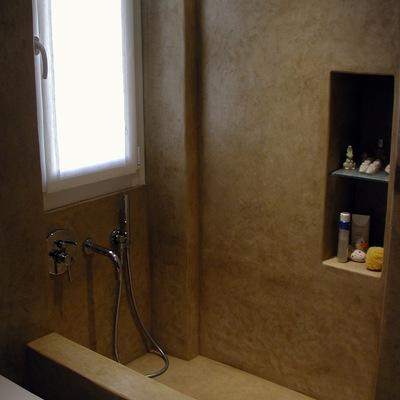 La vasca integrata alle pareti del vano