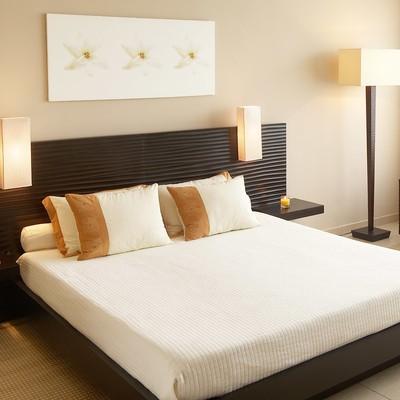 Idee e foto di camere da letto a varese per ispirarti for Lampada da terra per camera da letto