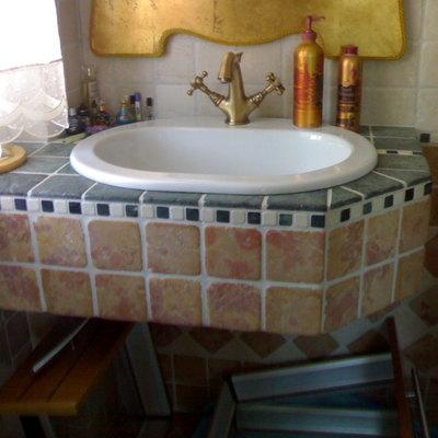 Lavandino bagno sospeso (risparmio spazio).