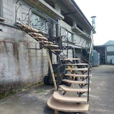 Fasi di produzione e montaggio scale e ringhiere.