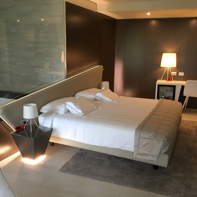 Letto con testa in ecopelle e led