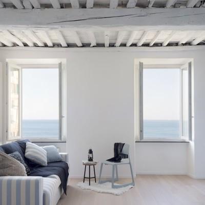 Legno e righe per un appartamento al mare