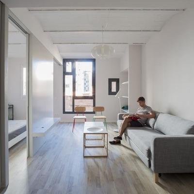 Un piccolo appartamento minimalista che sfrutta la luce naturale
