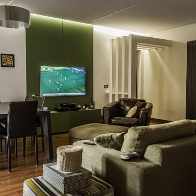 Kerlite e parquet per un appartamento nei toni del verde e del nero