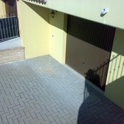 parcheggio esterno al garage