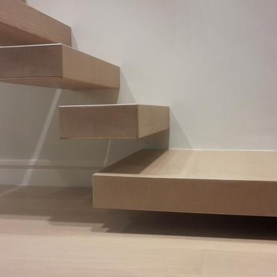 Particolare degli scalini a sbalzo