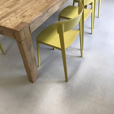 Particolare sedia, tavolo e pavimento