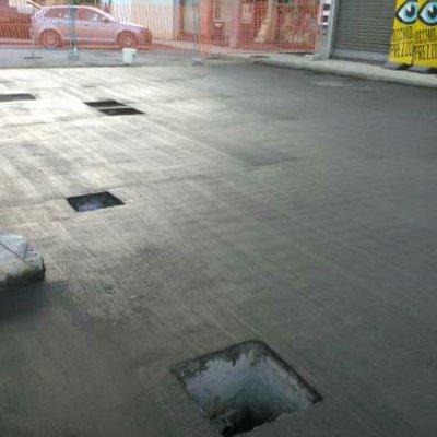 pavimenti industriali a spolvero di quarzo, con stampi e finiture con resine