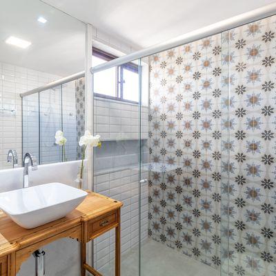 Rivestimenti per il bagno: superfici continue o piastrelle?