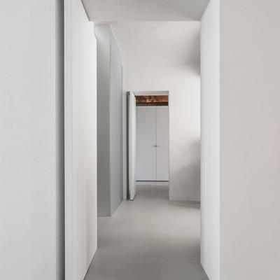 Un'antica colonna dorica in un appartamento moderno