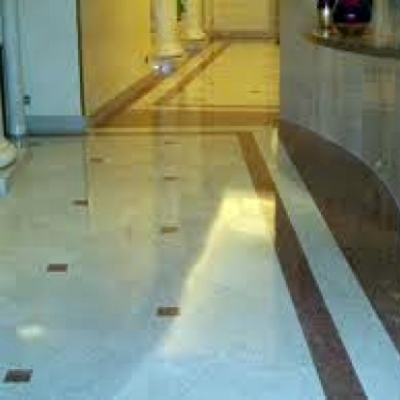 Pulizia e lucidatura pavimenti.