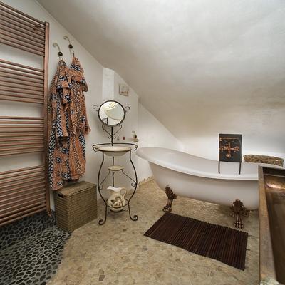 Progetto di realizzazione di bagno particolare con ciottoli di fiume grigi e palladiana onice