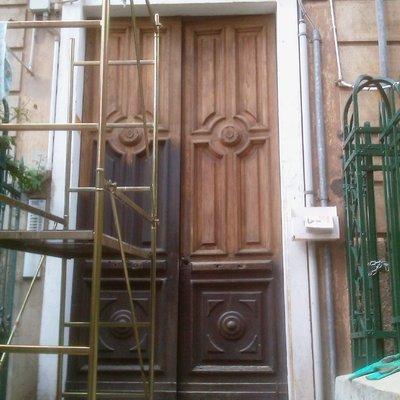 Sverniciatura e restauro di un portone antico