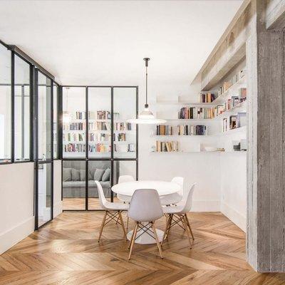 Cemento e vetro per un appartamento industrial chic