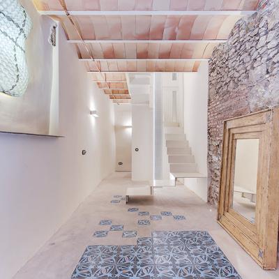 Resina, pietra e cementine per un appartamento super accogliente