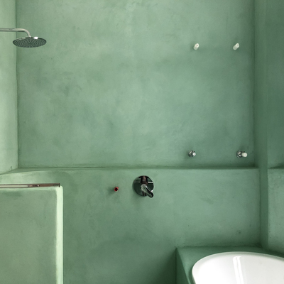 Sala da bagno in calce viva e marmo di Carrara tipo C
