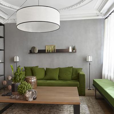 Verde che splende in un appartamento grigio