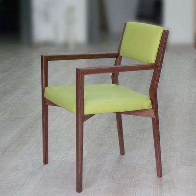 Sedia in legno con braccioli