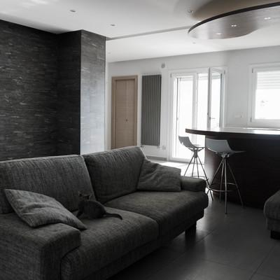 Legno e pietra per un appartamento dalle luci d'effetto