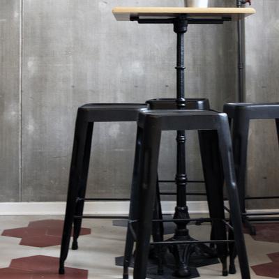tavolo e sgabelli