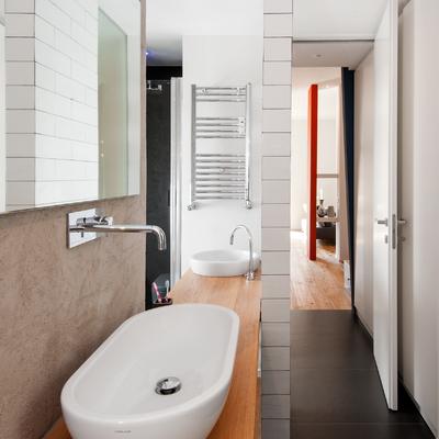 Vista dei due lavabi sulla stessa mensola ma opposti appartenenti a due bagni diversi