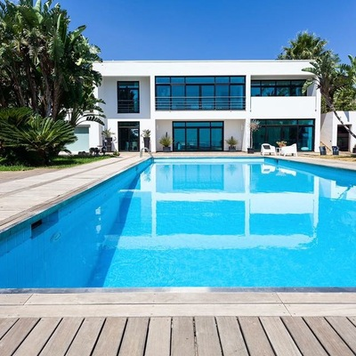 Vista del prospetto della casa e della piscina