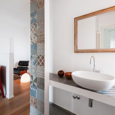 Vista della camera da letto dal bagno semi-aperto.