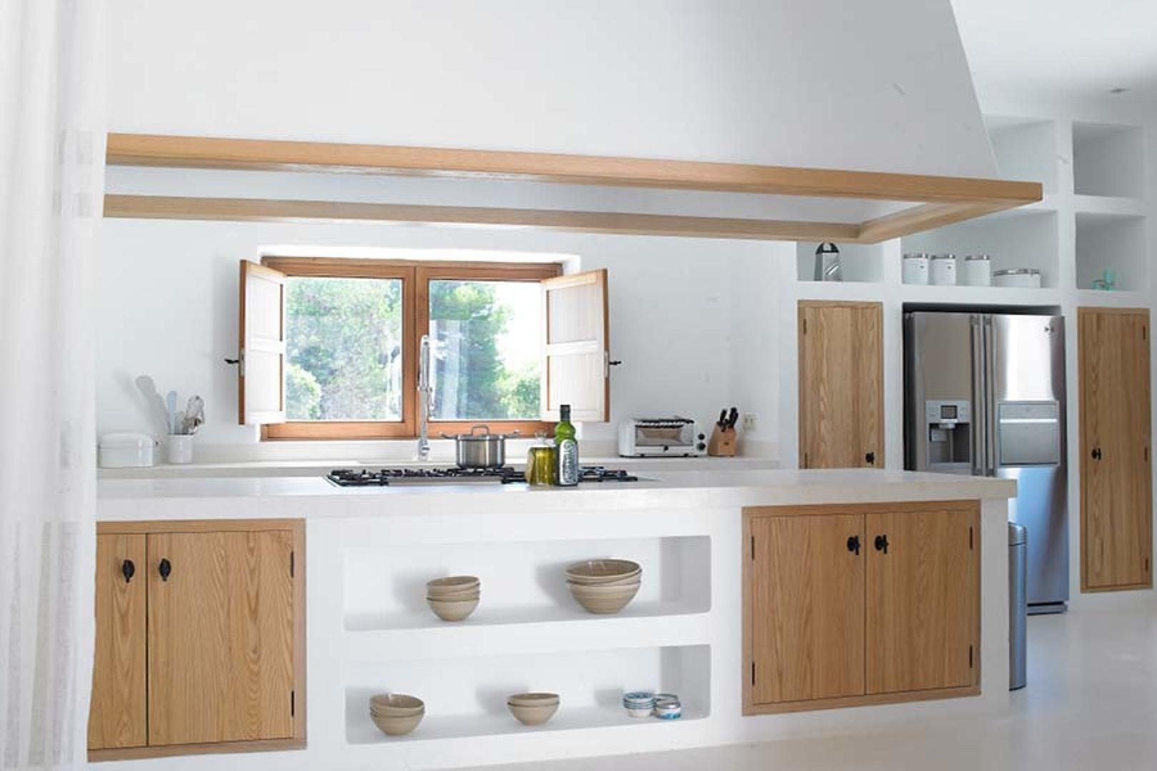 Cucina in muratura bianca con ante in legno for Ante cucina in muratura
