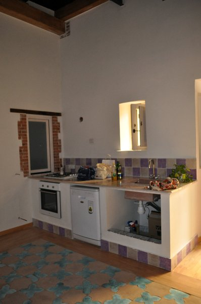 Foto angolo cottura con cucina in muratura realizzata con rivestimento di lastre di cotto - Piano cucina in muratura ...