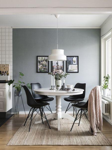 Foto angolo pranzo con tavolo rotondo bianco e sedie nere for Tavolo da pranzo con sedie