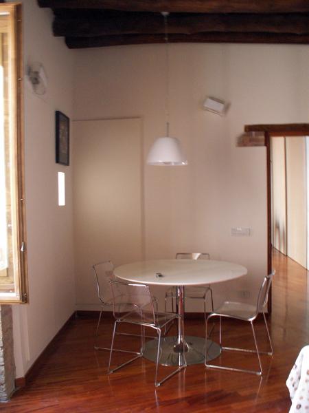 foto angolo soggiorno con tavolo da pranzo tondo di