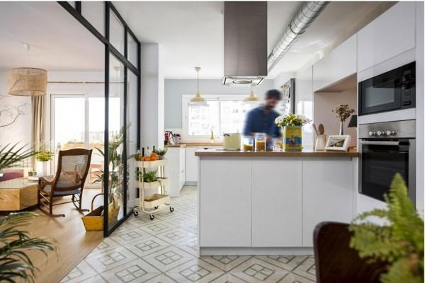 Foto appartamento moderno con cucina bianca di rossella for Immagini appartamenti moderni
