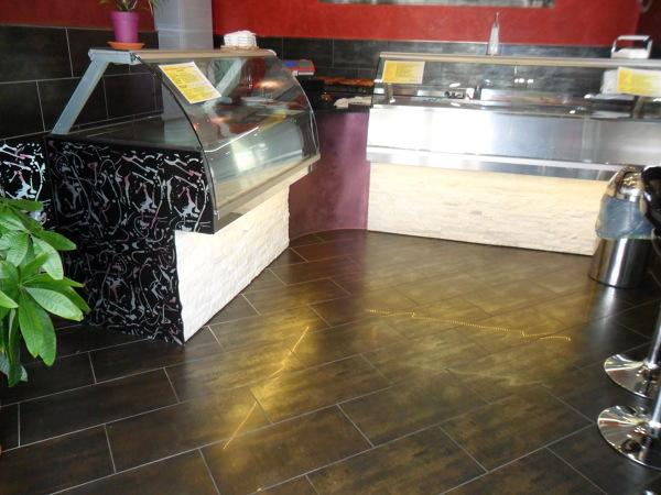 Foto: applicazione piastrelle a pavimento e rivestimento banconi con