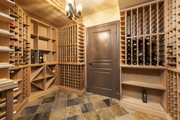foto arredo cantina vino legno di claudia loiacono