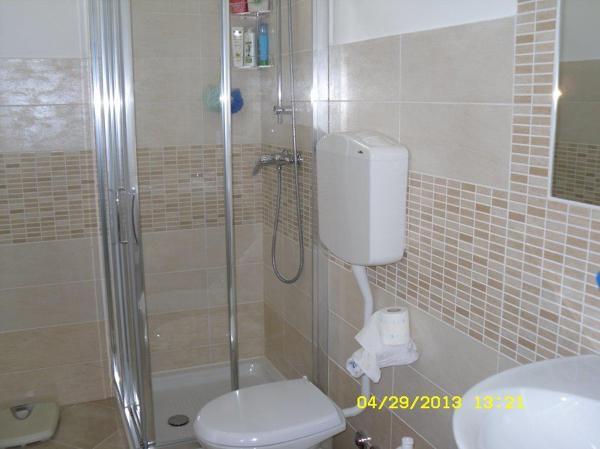 Foto bagno completo con rivestimento moderno opaco di fratelli doro di doro franco e andrea - Foto rivestimento bagno ...