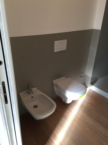 Foto bagno con pavimento in parquet e sanitari sospesi di - Bagno con parquet ...