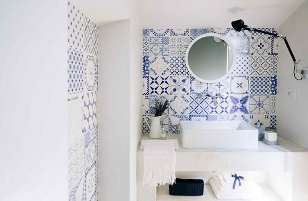 Foto bagno con piastrelle decorate bianco e blu di - Pitturare piastrelle bagno ...