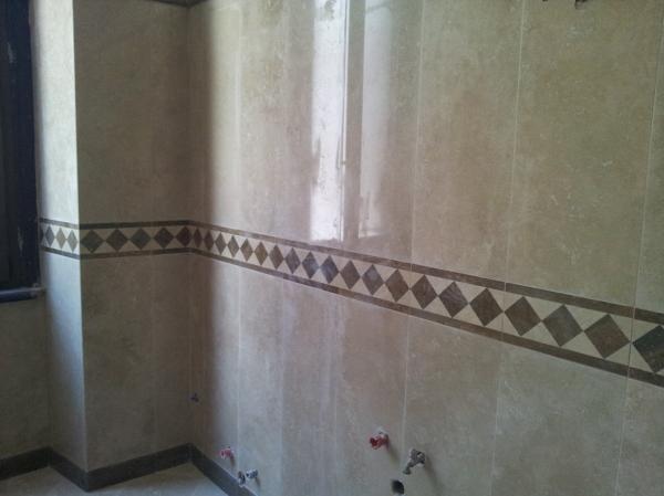 Foto bagno con rivestimento in marmo si travertino di - Rivestimento bagno in marmo ...