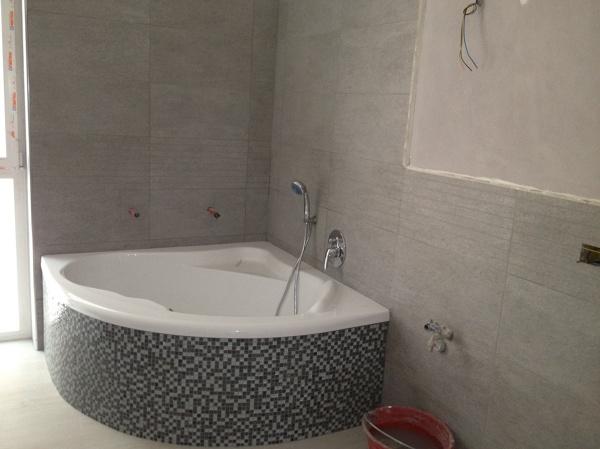 Foto bagno con vasca angolare di ms impresa srl 379162 habitissimo - Bagno con sale ...