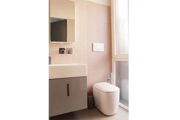Foto bagno di servizio realizzato con piastrelle colour tiles di