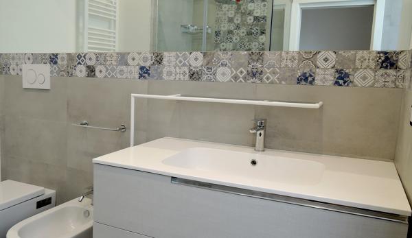 Foto: bagno in camera lavabo e specchio a incasso di ing. chiara