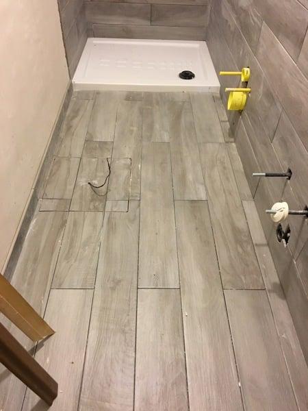 Foto bagno in fase di realizzazione con posa in opera pavimento e rivestimento di puocci - Posa piastrelle pavimento ...